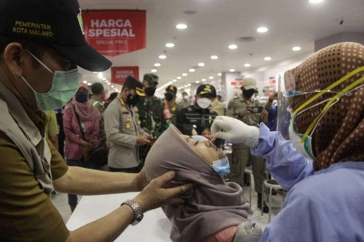 Tes swab yang digelar di pusat perbelanjaan di Kota Malang, Selasa (11/5/2021). (Foto: Rubianto/Tugu Jatim)