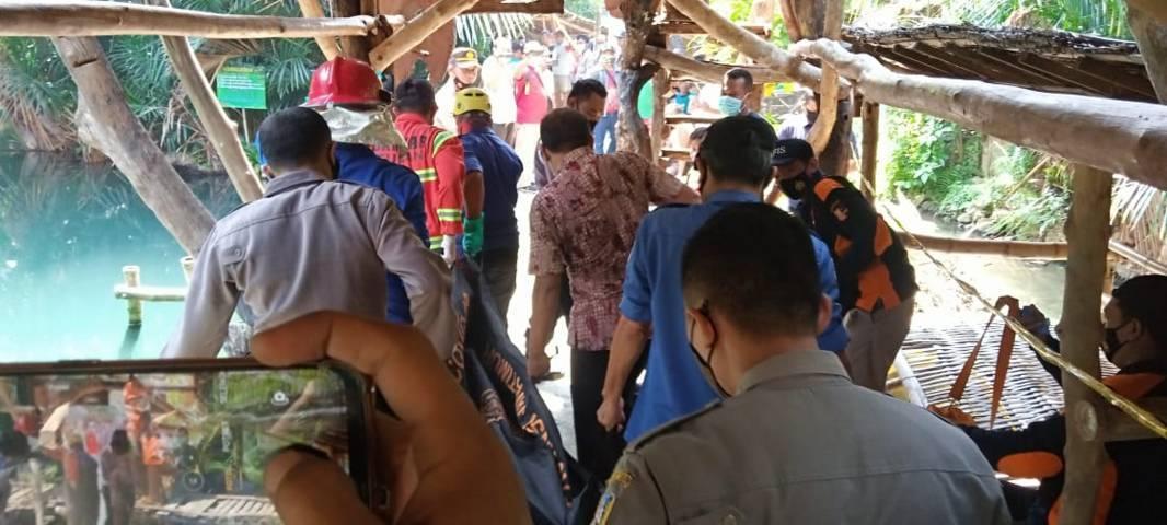 Proses evakuasi jenazah korban ketika dibawa ke Rumah Sakit dr. R Koesma Tuban untuk dilakukan pemeriksaan. (Foto: Mochamad Abdurrochim/Tugu Jatim)