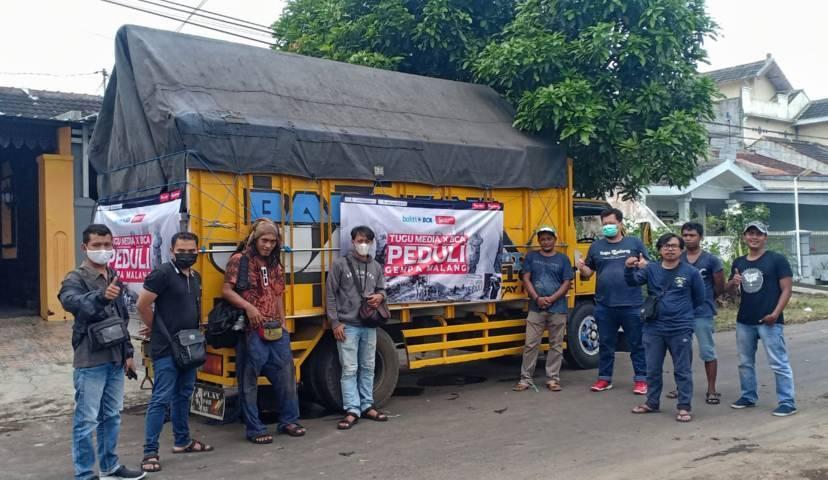 Kru dan karyawan Tugu Media Group berfoto bersama saat akan membernagkatkan truk donasi Tugu Media Peduli, Selasa (25/5/2021). (Foto: Rubianto/Tugu Jatim)