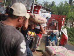 Tugu Media Peduli Salurkan Bantuan Sembako-Semen dari BCA di Posko Kalibakar Tirtoyudo, Malang