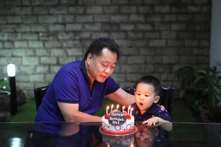 Ventje Suardana saat merayakan ulang tahun dengan sang cucu. (Foto: Dokumen)