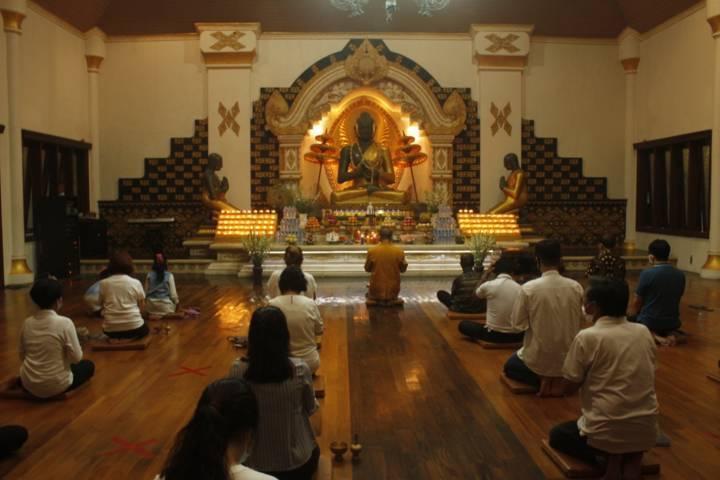Umat Buddha tengah bersembahyang di Vihara Jayasaccako, Kelurahan Semampir, Kota Kediri pada peringatan Hari Raya Waisak, Rabu (26/5/2021). (Foto: Rino Hayyu Setyo/Tugu Jatim)
