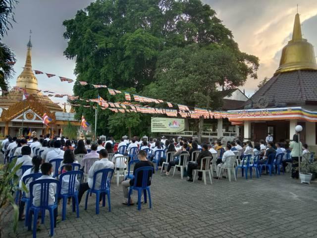 Prosesi ibadah hari besar Trisuci Waisak 2565 di Vihara Vihara Dhammadipa Arama, Kota Batu, Rabu (26/5/2021). (Foto: M Sholeh/Tugu Jatim)