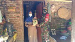 Personel Koramil 06 Nguling menyerahkan zakat fitrah secara door to door ke rumah warga yang berhak, Senin (10/5/2021). (Foto: Kodim Pasuruan)
