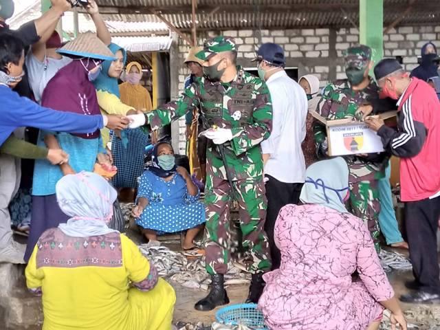 Ilustrasi pembagian masker oleh Dandim 0811 Tuban Letkol Inf Viliala Romadhon di Pasar Ikan Glondonggede, Kecamatan Tambakboyo, Tuban, pada Kamis (22/04/2020). (Foto: Rochim/Tugu Jatim)