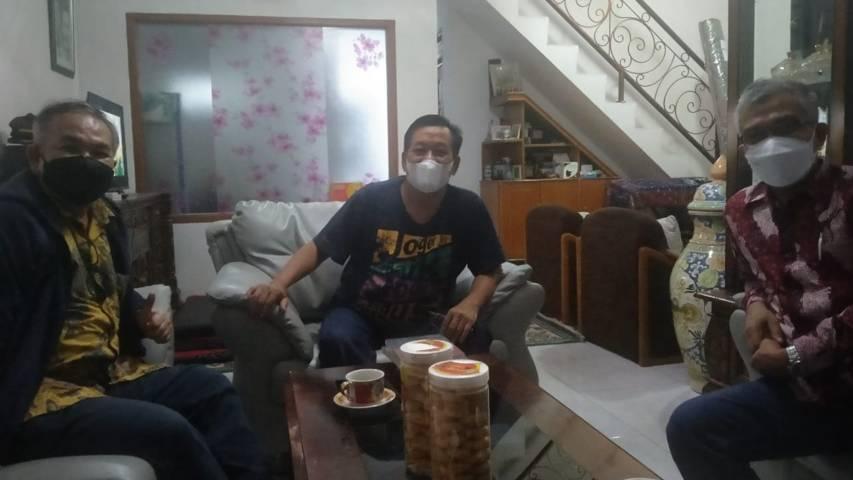 Dr Aqua mengoptimalkan silaturahim menuju kediaman Dr Dadang Sugiana MSi di kawasan Rancaekek.(Foto: Dokumen/Tugu Jatim)