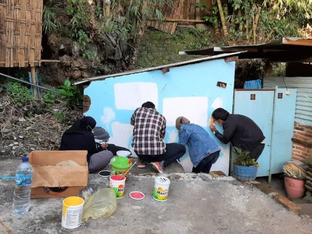 Para mahasiswa KKN UM saat proses membuat mural di Taman Keceh, di Kampung Celaket RT 03, RW 02, Kota Malang. (Foto: Dokumen/Tugu Jatim)