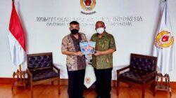 Pakar Komunikasi dan Motivator Nasional Dr Aqua Dwipayana memberikan buku karyanya kepada Ketua Umum Komite Olahraga Nasional Indonesia (KONI) Pusat Letjen TNI Purn Marciano Norman. (Foto: Dokumen/Tugu Jatim)