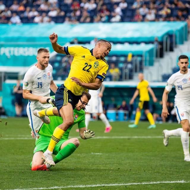 Pemain Swedia (kaus kuning) Quaison saat dilanggar di kotak penalti. (Foto: IG Swemnt/Tugu Jatim)