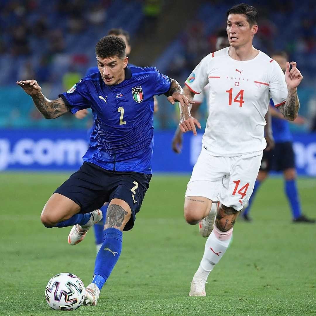 Di Lorenzo (biru) saat berduel dengan Chessa (putih) saat pertandingan Italia vs Swiss. (Foto: IG Azzurri/Tugu Jatim)
