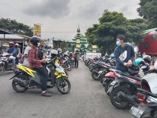 Pengunjung Alun-Alun Kota Batu memarkir kendaraannya di area Alun-Alun Kota Batu, Sabtu (19/06/2021). (Foto: Sholeh/Tugu Jatim)