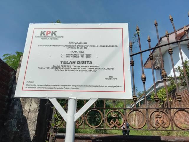 KPK memasang papan di lahan kosong, hasil dari gratifikasi mantan Wali Kota Batu Eddy Rumpoko. (Foto: Sholeh/Tugu Jatim)
