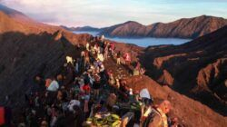 Suasana di bibir kawah Gunung Bromo saat puncak perayaan Kasada, Sabtu (26/06/2021). (Foto: Bayu Eka/Tugu Jatim)