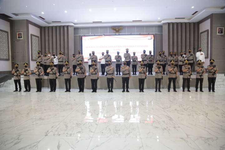 Proses serah terima jabatan (setijab) pejabat utama (PJU) pada Kamis (17/6/2021). (Foto: Polrestabes Surabaya/Tugu Jatim)