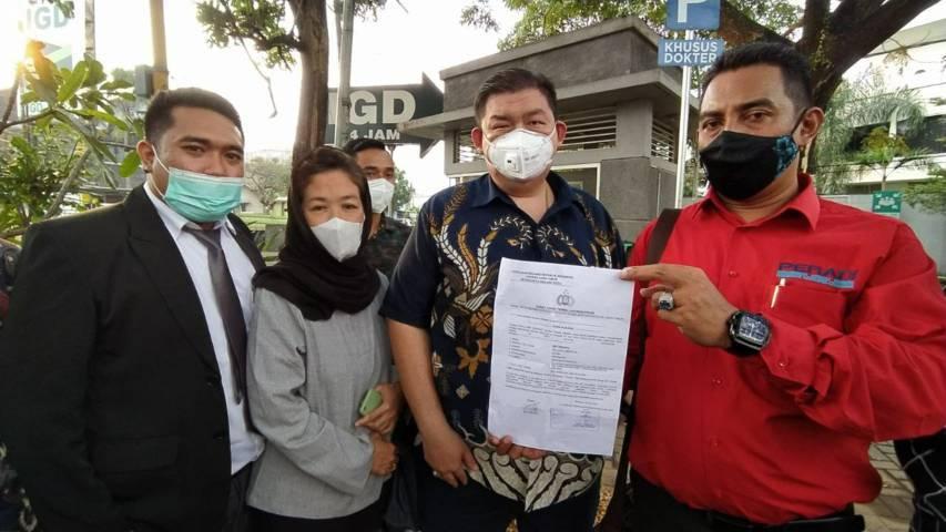 Ketua DPC IKADIN Malang Raya, Leo A. Permana bersama pengacara lainnya saat konferensi pers di depan Persada Hospital, Jumat (18/6/2021). (Foto: M Ulul Azmy/Tugu Jatim) pengacara