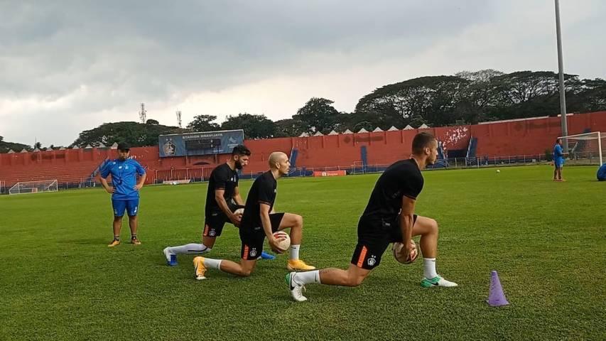 Tiga pemain asing Persik Kediri yaitu, Youssef Ezzejjari Lhasnauoi berasal dari Spanyol, Arthur Felix Da Silva dari Brasil, dan Ibrahim Bahsoun dari Lebanon.(Foto: Rino Hayyu Setyo/Tugu Jatim)