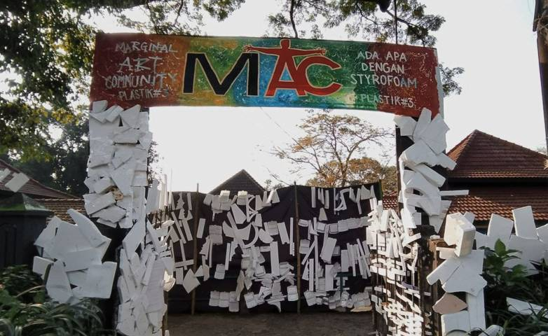 "MAC menggelar instalasi seni ""styrofoam"" di Gedung Dewan Kesenian Malang. (Foto: Azmy/Tugu Jatim)"