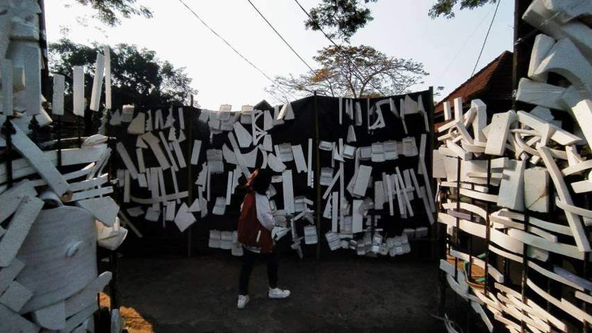 """Seni dari """"styrofoam"""" salah satu bentuk kritik dari para seniman. (Foto: Azmy/Tugu Jatim)"""