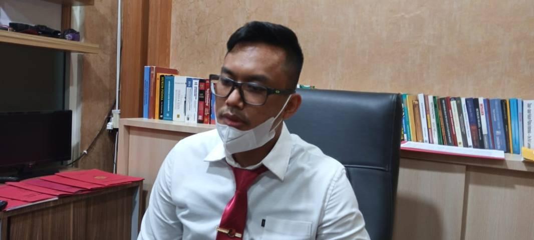 Kasat Reskrim Polres Tuban AKP Adhi Makayasa saat memberikan keterangan terkait kasus penyekapan pegawai finance, Jumat (18/06/2021). (Foto: Rochim/Tugu Jatim)