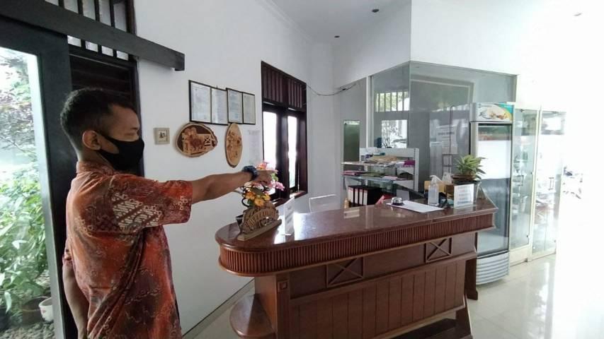 Petugas menunjukkan lokasi meja resepsionis, tempat di mana maling beraksi di Tlogomas Guest House. (Foto:Azmy/Tugu Jatim)