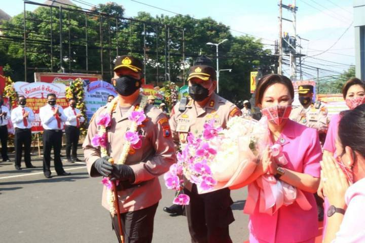 Kapolres Malang Kota (Makota) AKBP Budi Hermanto (Buher) dan istrinya disambut oleh para undangan pada Jumat (18/06/2021). (Foto:Azmy/Tugu Jatim)