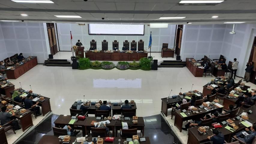 Rapat paripurna agenda Penyampaian Jawaban Wali Kota terhadap Ranperda LPj Wali Kota Tahun Anggaran 2020, Kamis (17/06/2021). (Foto:Azmy/Tugu Jatim)
