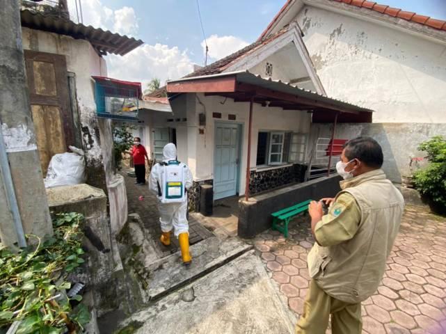 Petugas BPBD menyemprotkan desinfektan di rumah-rumah warga. (Foto: BPBD Kota Malang/Tugu Jatim)