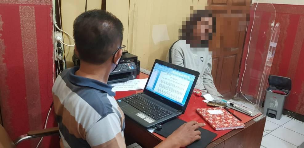Pelaku Suyitno saat dimintai keterangan oleh anggota Satreskrim Polres Tuban. (Foto:Humas Polres Tuban/Tugu Jatim)