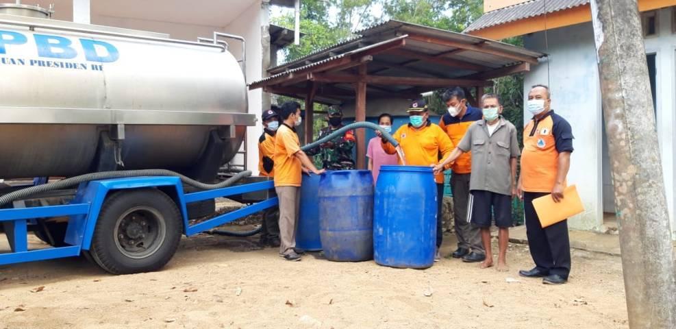 Distribusi air bersih di wilayah Kecamatan Panggul oleh BPBD Kabupaten Trenggalek. (Foto: Zamzuri/Tugu Jatim)