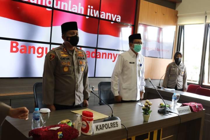 Kapolres Batu AKBP Catur C. Wibowo dan Kemenag Kota Batu Nawawi  saat menyanyikan lagu Indonesia Raya. (Foto: Polres Batu/Tugu Jatim)