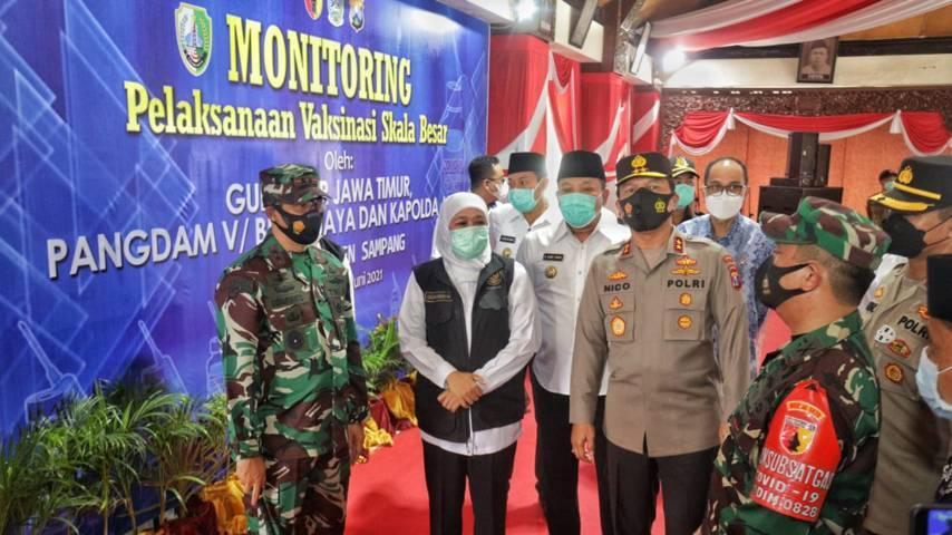Gubernur Jatim Khofifah Indar Parawansa dan Forkopimda Jatim kunjungi Kabupaten Sampang untuk memantau pelaksanaan vaksinasi pada lansia, Rabu (16/06/2021). (Foto: Polrestabes Surabaya)