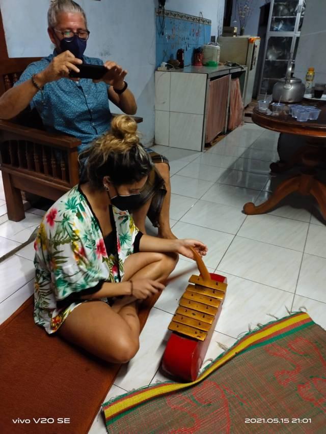 Wisatawan mancanegara yang ikut pelatihan kesenian jaranan. (Foto: Mukhlis/Tugu Jatim)