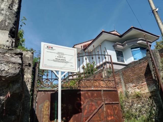 Papan penyitaan lahan yang dipasang KPK di Jalan Sultan Agung, Kota Batu. (Foto: Sholeh/Tugu Jatim)