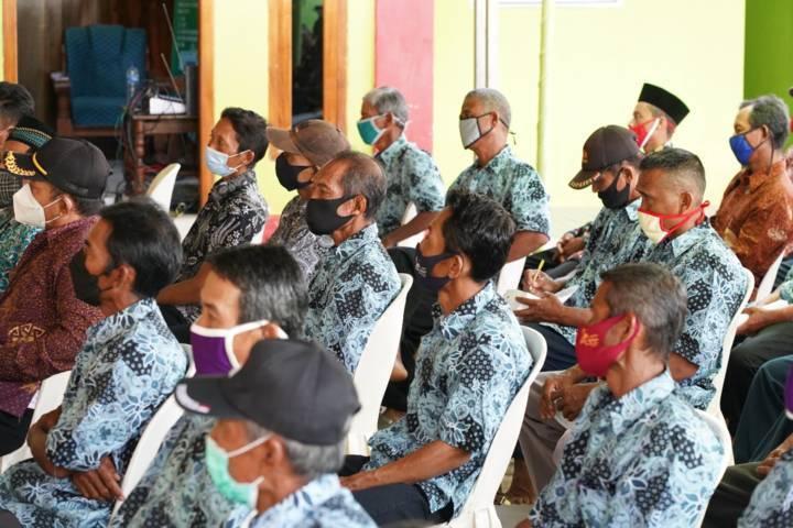 Ketua RT-RW menghadiri acara Pembinaan dan Peningkatan Kapasitas Penguatan Lembaga Kemasyarakatan Desa di Balai Desa Kedungrejo Kecamatan Kedungadem. (Foto: Humas Pemkab Bojonegoro/Tugu Jatim)
