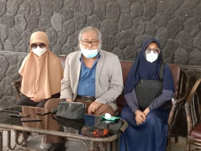 Ketua Komnas PA Arist Merdeka Sirait bersama 2 korban kekerasan seksual saat jumpa pers di Kota Batu, Sabtu (19/06/2021). (Foto: Sholeh/Tugu Jatim)