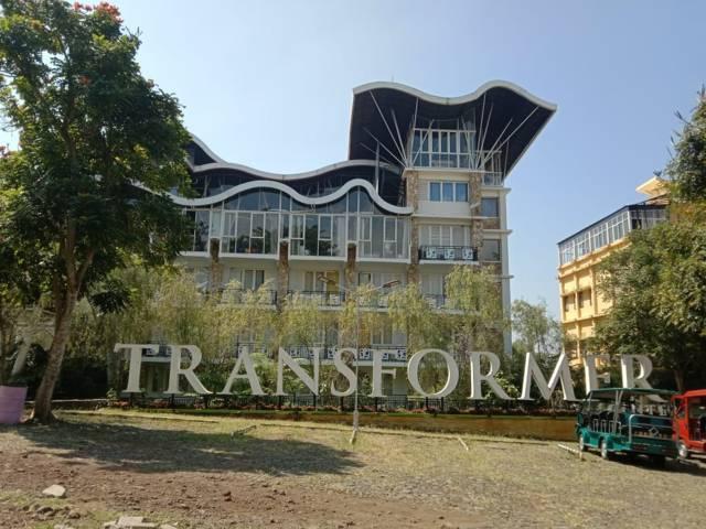 Gedung Transformer SMA SPI yang diduga menjadi tempat terjadinya kekerasan seksual pada siswa. (Foto: Sholeh/Tugu Jatim)