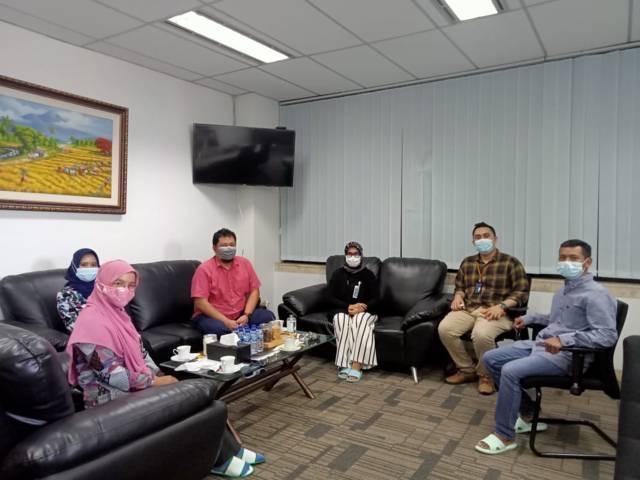 Kepala BNI Kanwil Malang Beby Lolita Indriani (tiga dari kanan) saat bersilaturahmi dengan kru Tugu Media Group (tugumalang.id dan tugujatim.id).(Foto: Dokumen/Tugu Jatim)