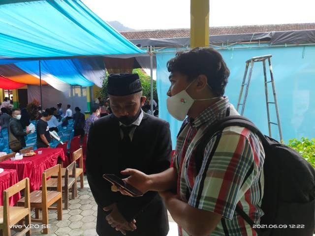 Kepala SMP PGRI 5 Tirtoyudo Agus Hariyanto pada Rabu (09/06/2021) saat tengah mempersiapkan acara wisuda para anak didiknya. (Foto: Tugu Media Group)