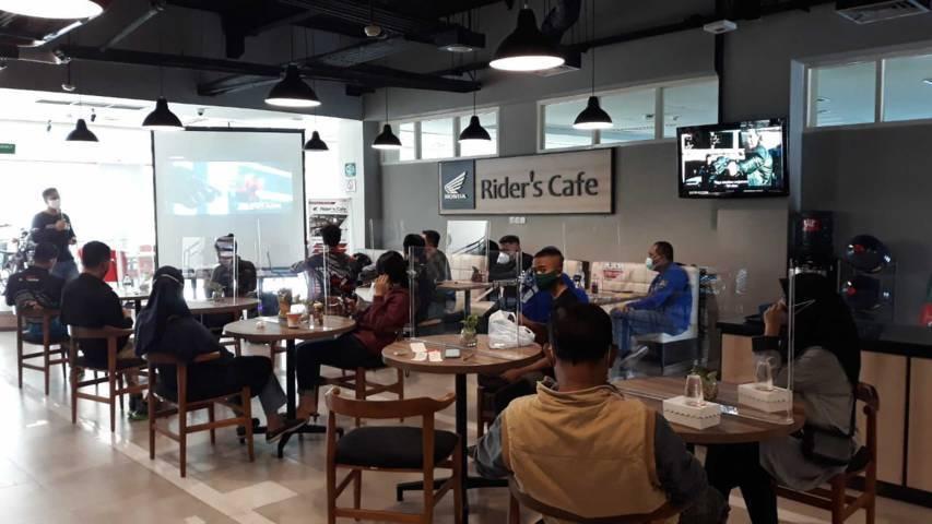 Anggota komunitas Honda ADV Indonesia Chapter Malang bersama konsumen ADV150 kongkow bareng di MPM Rider's Cafe yang ada di MPM Malang. (Foto: Dokumen/Tugu Jatim)