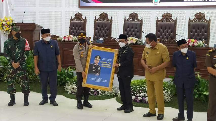 Wali Kota Malang Sutiaji memberikan cenderamata kepada Kombes Pol Leonardus Simarmata. (Foto: Azmy/Tugu Jatim)