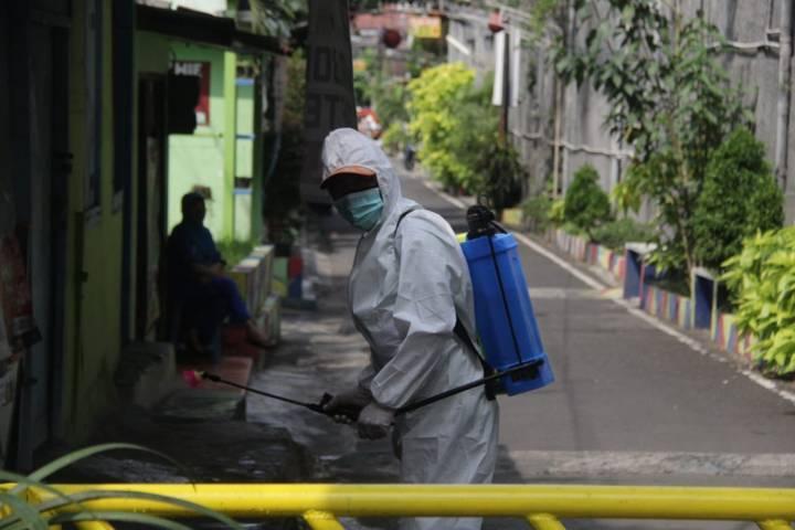 Salah satu petugas BPBD Kota Malang saat menyemprot desinfektan. (Foto: Rubianto/Tugu Jatim)