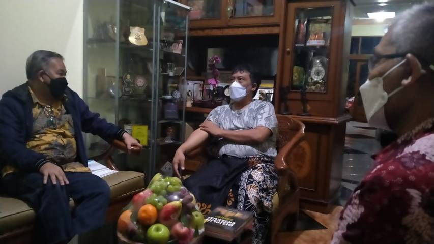 Dr Aqua Dwipayana dan Nurcholis MA Basyari juga bersilaturahim ke Dekan Filkom Unpad Dr H. Dadang Rahmat Hidayat SSos SH MSi.(Foto: Dokumen/Tugu Jatim)
