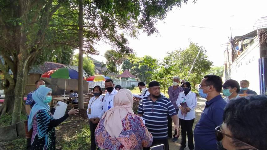 Kedua belah pihak sengketa tanah bersama Panitera PN Malang melakukan pemeriksaan setempat (PS) di lokasi, kawasan Madyopuro, dekat Velodrome Sawojajar, Rabu (16/06/2021). (Foto:Azmy/Tugu Jatim)