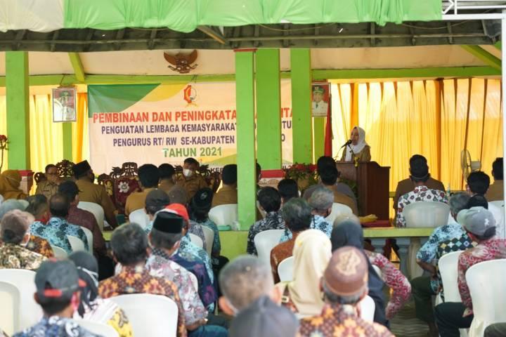 Ketua RT-RW mendengarkan sambutan dari Bupati Bojonegoro Anna Muawanah. (Foto: Humas Pemkab Bojonegoro)