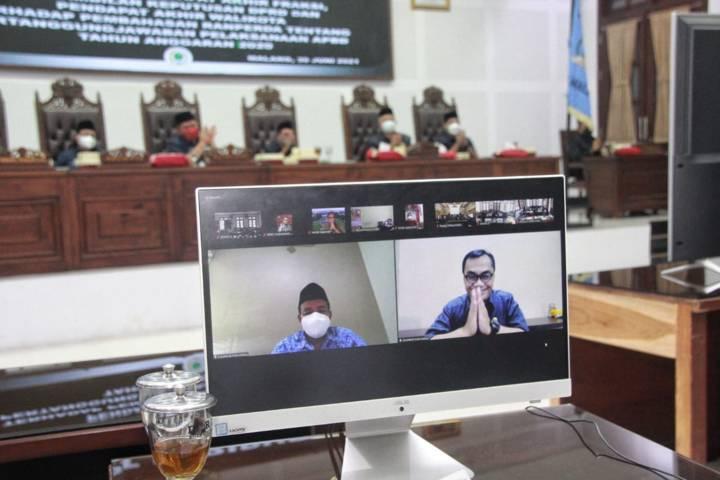 Dua pejabat Pemkot Malang Abdul Malik dan Hadi Santoso saat memberikan sambutan dalam paripurna terakhir. Keduanya memasuki masa pensiun. (Foto: Rubianto/Tugu Jatim)