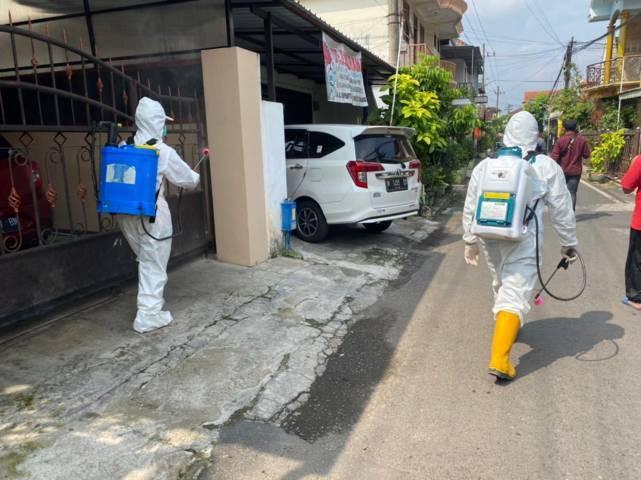Delapan warga terpapar Covid-19, petugas BPBD langsung semprot desinfektan. (Foto: BPBD Kota Malang/Tugu Jatim)