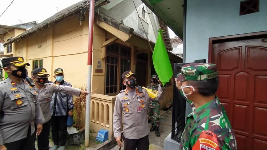 Kombes Pol Leonardus Simarmata saat melakukan sidak di kampung tangguh Covid-19. (Foto: Azmy/Tugu Jatim)