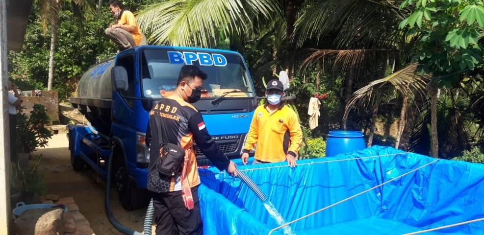 Petugas tampak mendistribusi air bersih untuk warga Trenggalek. (Foto: Zamzuri/Tugu Jatim)