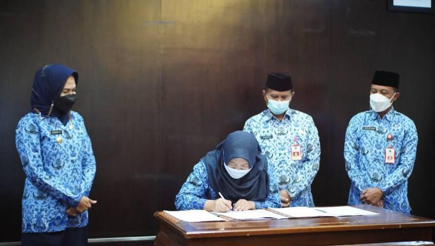 Wali Kota Batu Dewanti Rumpoko melihat penandatanganan PKS Perlindungan dan Pengelolaan Lingkungan Hidup se-Malang Raya di Kota Batu. (Diskominfo Kota Batu)