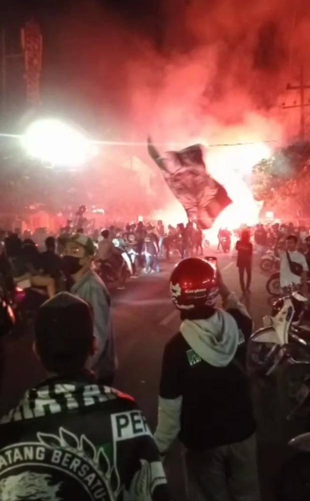 Suasana perayaan HUT ke-94 Persebaya di Stadion Gelora 10 Nopember Tambaksari Surabaya, Kamis malam (17/06/2021). (Foto: Koordinator Bonek Sokoadjie/Tugu Jatim)